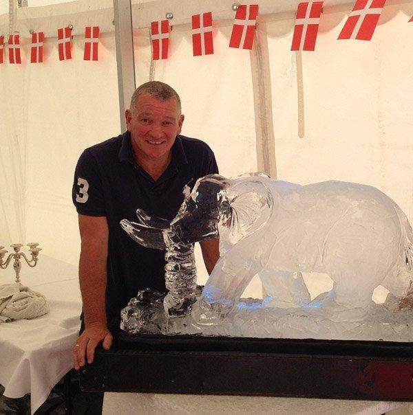 Tommy Christensen V/ Plusice leverede flot isskulptur (stor elefant) til vennen John Faxe Jensens familie fest